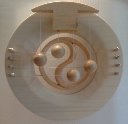 Türharfe CHI mit geschnitztem YinYang-Symbol
